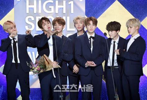 bts awards picture media bts at the 26th seoul music awards 170118