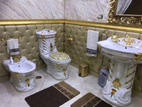 rubinetti dorati una casa popolare in stile casamonica negli alloggi