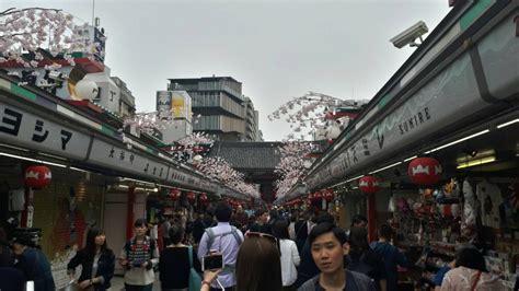 Dupa Jepang bergaya dengan kimono dan yukata di asakusa liburan ke jepang