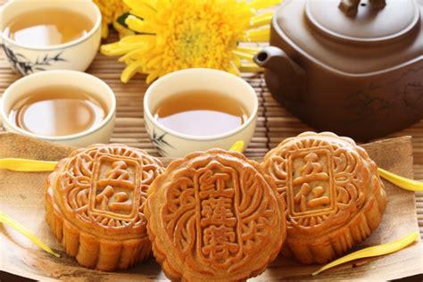 membuat kue bulan kue bulan lambang syukur masyarakat tionghoa pada dewi bulan