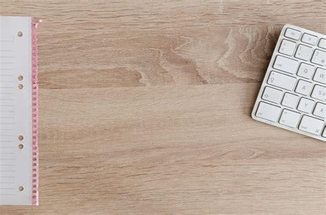 latar belakang membuat bisnis online gambar laptop buku catatan meja kopi keyboard putih