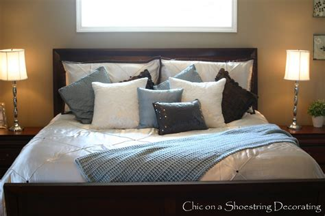 king size bed in small room chic on a shoestring decorating king me