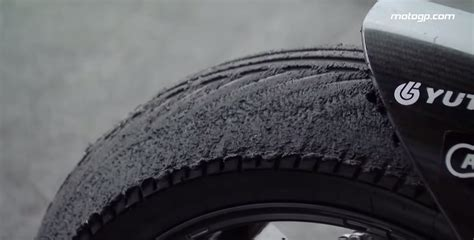 See What Happens When You Use Wet Racing Tires on a Dry Track autoevolution