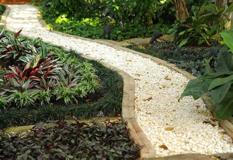 garden path ideas mulch gravel wooden crazy paving