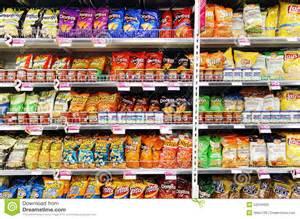 Micro Kitchen Design microplaquetas e petiscos de batata no supermercado imagem