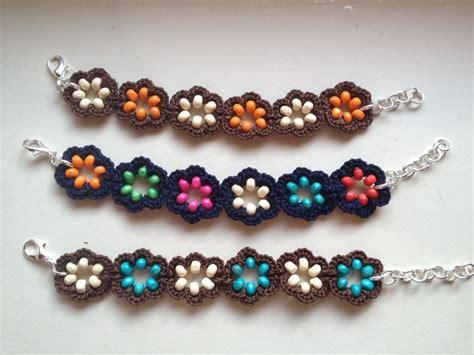 bracciali con fiori bracciali e orecchini ad uncinetto con fiore con perline