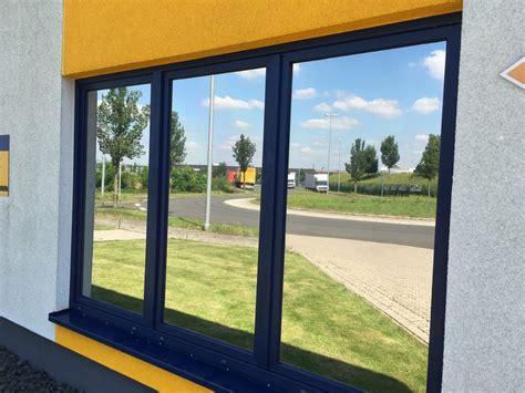 Sichtschutzfolie Auf Fenster Anbringen by Sichtschutzfolie Anbringen Lassen Vom Erfahrenen Fachmann