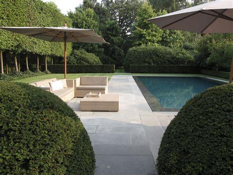 moderne wandlen hedendaagse tuin ontwerp rond prachtig zwembad avantgarden