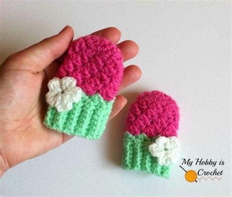 Baby Mittens 1 flower petal baby cap allfreecrochet