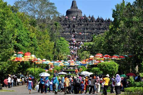 candi borobudur dipadati wisatawan media indonesia