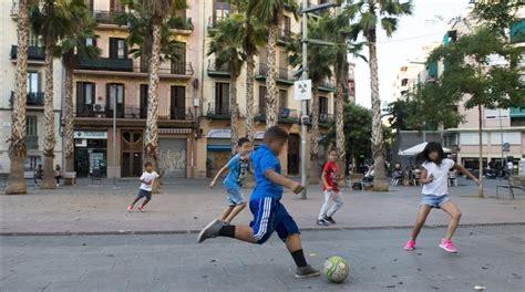 imagenes de niños jugando futbol en la calle jugar a pelota en la calle