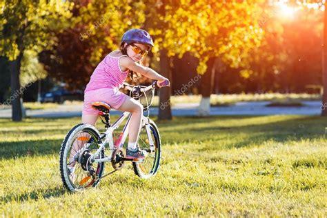 imagenes niños manejando bicicleta crian 231 a andando de bicicleta o garoto no capacete na moto