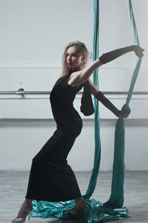 Sepatu Balet Glamor gambar orang wanita rambut melihat imut kaki