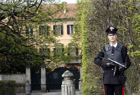 casa di berlusconi arcore si d 224 fuoco davanti villa berlusconi a arcore per chiusura