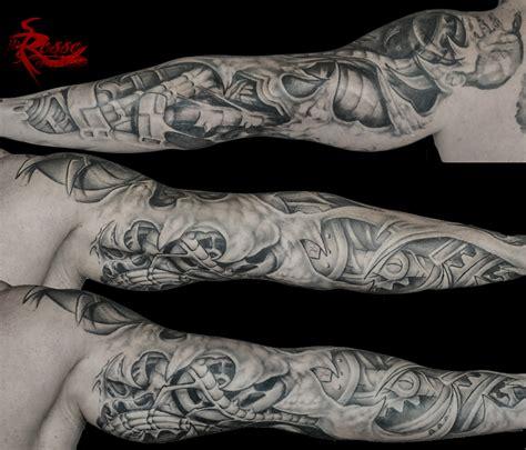 tatuaggio braccio bio organico biomeccanico in bianco e