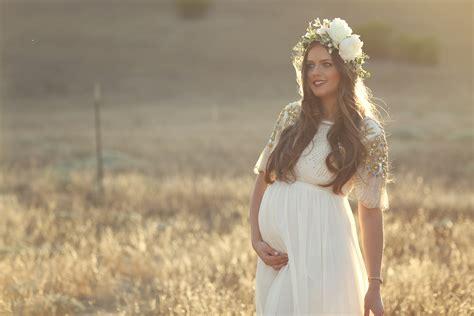 maternity shoot dreamy hillside maternity shoot bondgirlglam