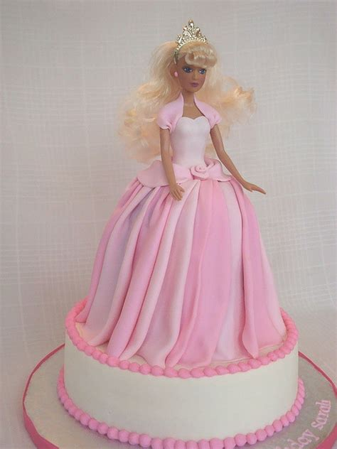 comelnyercupcake barbie doll cakes princess hannah i like the top of this one doll cakes pinterest the