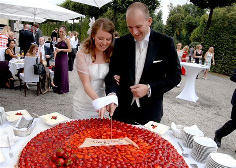 Hochzeitstorte Anschneiden by Anschneiden Einer Hochzeitstorte Die Besten Momente Der