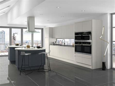 Superbe Deco Interieur Gris Blanc #7: Meuble-cuisine-blanc-îlots-de-cuisine-et-carrelage-couleur-anthracite-cuisine-contemporaine-très-spacieuse-e1477297953985.jpg