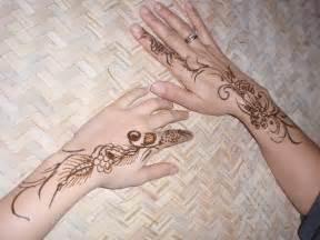 henna painting henna painting in desert safari camp