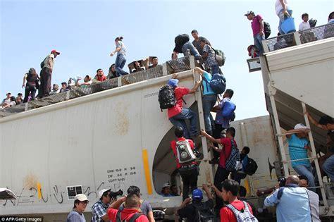 la besta central americans pictured climbing aboard la bestia