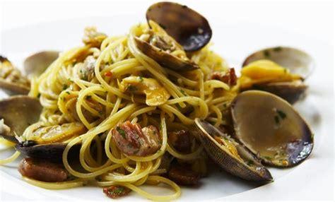 cucinare le vongole fresche spaghetti alle vongole in bianco la ricetta perfetta leitv
