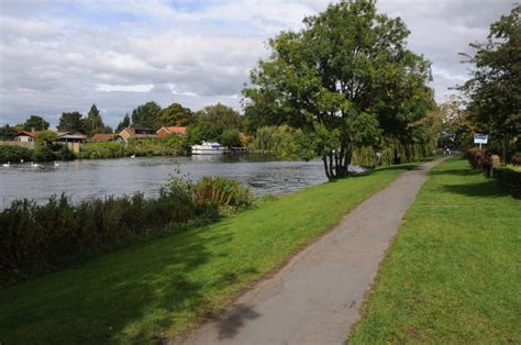 river thames map staines river thames near staines 169 philip halling cc by sa 2 0