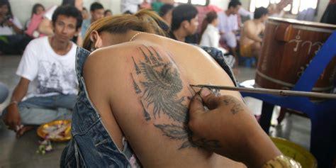 tattoo aurelie moeremans ribuan orang serbu thailand untuk dapatkan tato suci biksu