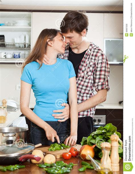 sexe dans la cuisine hugging in the kitchen stock photo image 39997530
