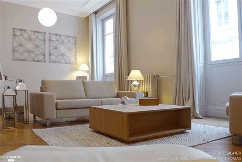 rénover un canapé en cuir craquelé salon gris et bois