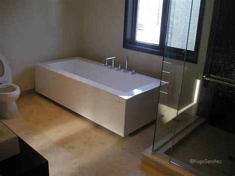 baignoire en mosaique salle de bain moderne avec baignoire autoportante et une