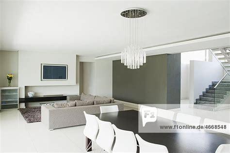wohnzimmer mit essbereich modernes wohnzimmer mit essbereich lizenzfreies bild