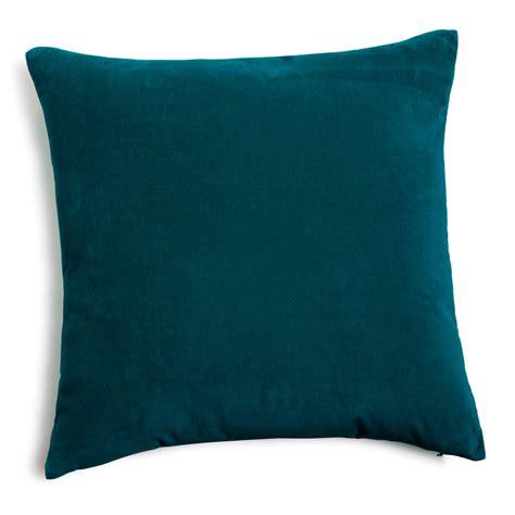 coussins bleus coussin en velours bleu canard 45 x 45 cm maisons du monde