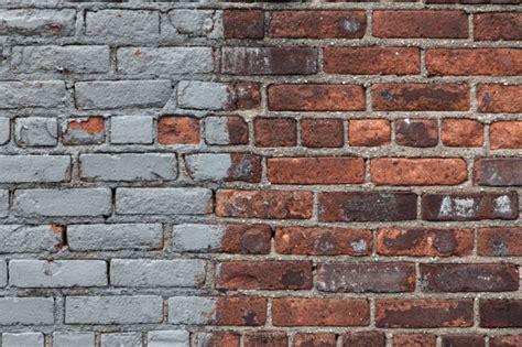 como remover la pintura de  muro de ladrillos albaniles