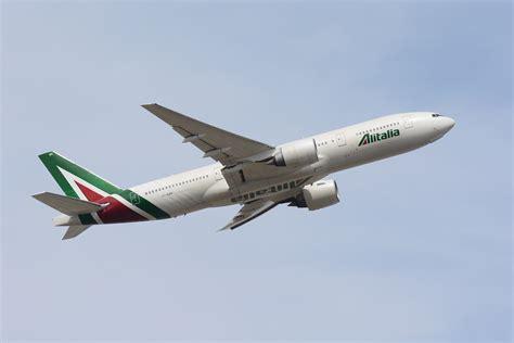 interno aereo alitalia 200 atterrato a roma il boeing 777 300er di alitalia