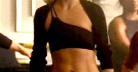 Kate Hudson Has Abs by Kate Hudson Flashes Six Pack Abs In Glee Debut Us Weekly