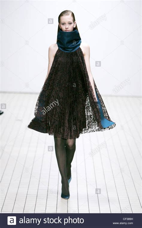 what shoes to wear with swing dress erdem london ready to wear autumn winter black lace swing