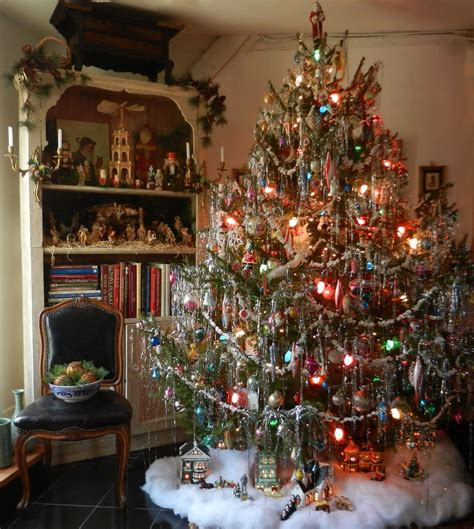 lovely vintage style tree with lots of pretty tinsel now