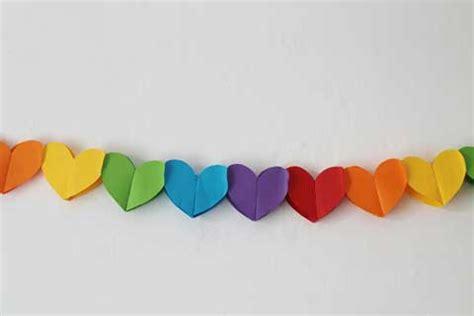 como hacer cadenas de corazones con papel crepe como hacer una guirnalda con corazones de papel