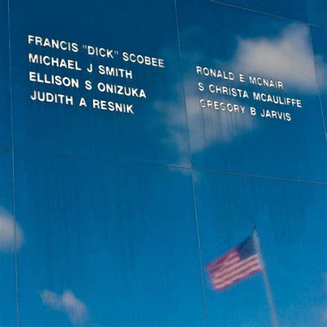 challenger astronauts names astronaut memorial mirror honoring the challenger crew