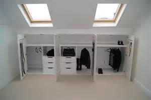 dachboden kleiderschrank pomysł na wykorzystanie miejsca pod ścianą kolankową pod
