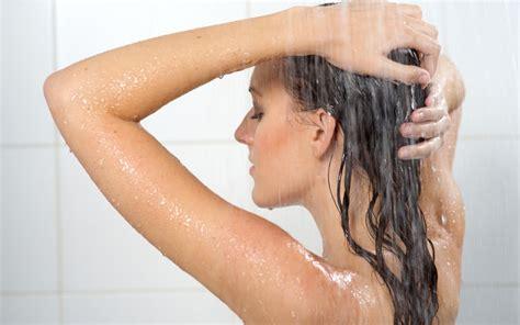 donna fa la doccia sotto la doccia tutti i cosmetici puoi usare