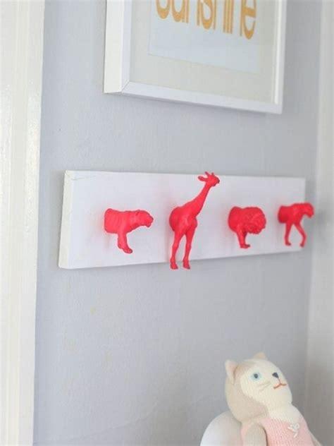 kinderzimmer ideen rot ideen garderobe kinderzimmer tierfiguren rot bemalt fam
