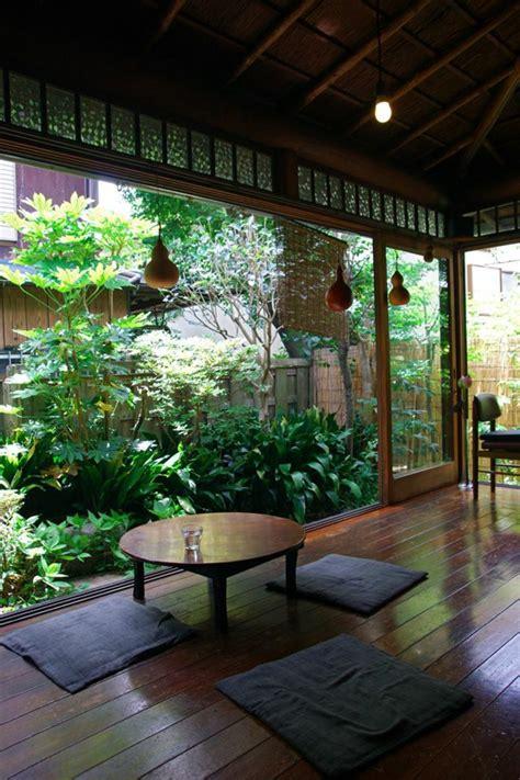 Impressionnant Comment Amenager Un Jardin #1: style-japonais-sol-en-parquette-marron-fonc%C3%A9-joli-jardin-avec-plantes-vertes-fenetre-grande.jpg