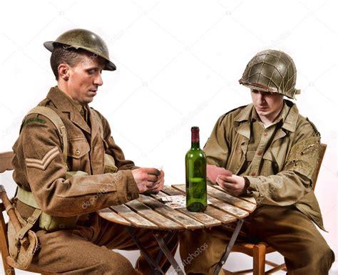 imagenes soldado ingles un soldado ingl 233 s y jugando a las cartas de un soldado