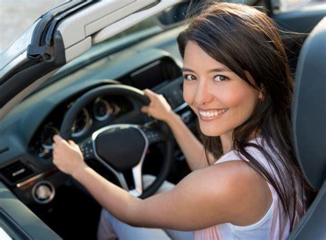 donna al volante stanchezza alla guida i consigli per un viaggio sicuro