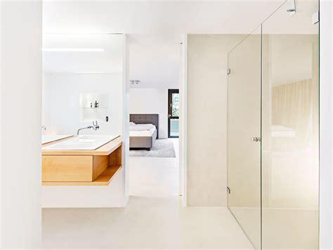 Zimmer Mit Bad by Geradliniges Waschbecken Mit Trennwand Aus Glas Zur Dusche