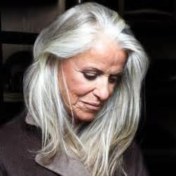 cheveux blancs longs 25 jolies fa 231 ons de porter les