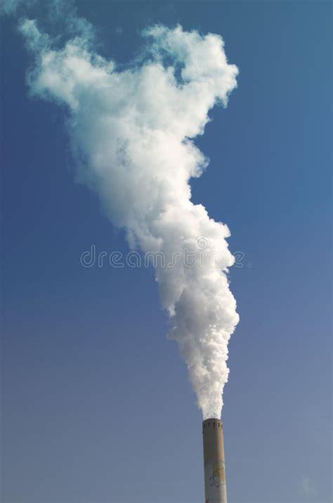 fumo camino nuvola di fumo dal camino industriale immagine stock