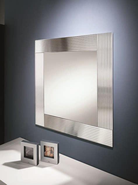 parete con cornici specchio a parete con cornice flute riflessi